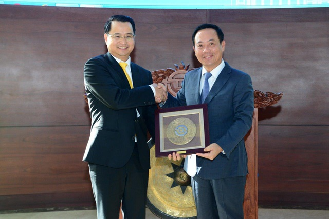 Ông Võ Thanh Hà nhận quyết định niêm yết và quà lưu niệm từ lãnh đạo HOSE
