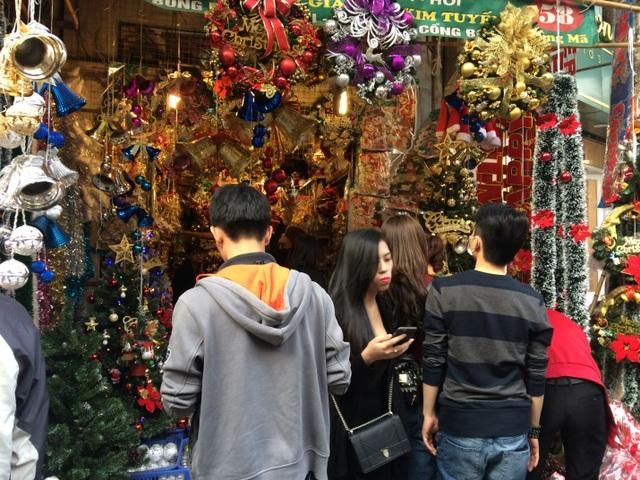 Tuy chưa đến sát Noel nhưng lượng khách đến mua vẫn khá đông