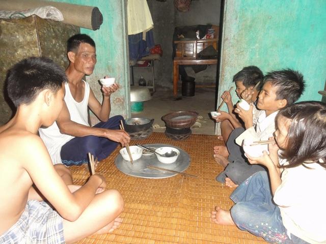 Ông Mền và những đứa con của mình bên bữa cơm đạm bạc. Ảnh: ĐT