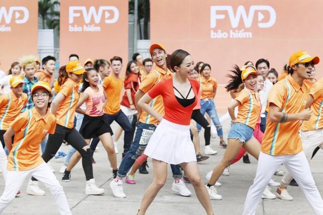 Màn trình diễn flashmob tràn ngập sắc cam do FWD khởi xướng được đánh giá là hoành tráng và độc đáo nhất trong thời gian gần đây.