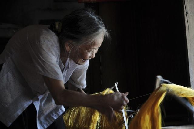 Có dịp đến làng nghề Cổ Chất du khách sẽ được tận mắt ngắm nhìn những người thợ thủ công đang ươm tơ, kéo kén dệt lụa trên những khung cửi gỗ thô sơ. Ngoài ra du khách còn có dịp được thả hồn cùng cuộc sống thanh bình nơi đây bởi những ngôi nhà cổ, những nhà thờ cùng sinh hoạt của người dân. Sản phẩm của làng nghề là một trong những món đồ lưu niệm mà du khách khó có thể chối từ để kỷ niệm chuyến tham quan du lịch về Nam Định.