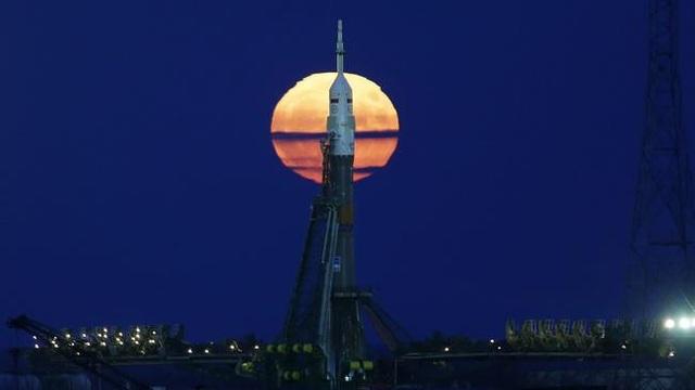 Siêu trăng xuất hiện phía sau phi thuyền Soyuz MS-03 tại bệ phóng Baikonur của Nga ở Kazakhstan (Yuri Kochetkov)