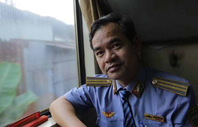 Trưởng tàu SE8, Nguyễn Tuấn Ninh đã chứng kiến nhiều sự thăng trầm của ngành đường sắt, hơn 30 năm gắn bó với những chuyến tàu Bắc - Nam, có lẽ đây là giai đoạn khó khăn nhất trong lịch sử của ngành đường sắt. Lãnh đạo ngành cần phải nghiên cứu các phương án làm đổi mới từ giá vé tàu cho đến hành trình tàu chạy sao cho phù hợp với nhu cầu để có thể đưa hành khách trở lại với tàu.