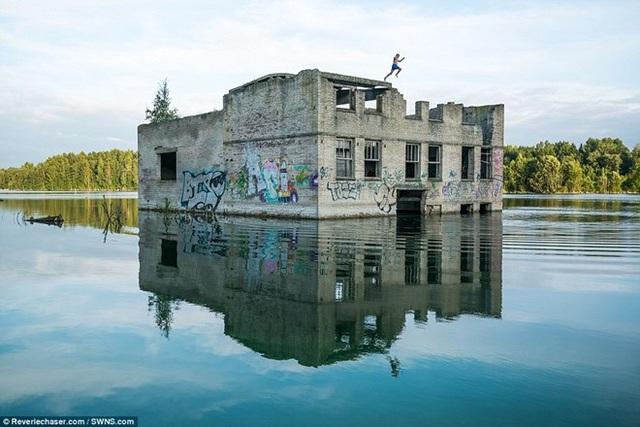 Nhiều thợ lặn còn can đảm nhảy từ nóc nhà tù xuống nước để khám phá. (Nguồn: Dailymail).