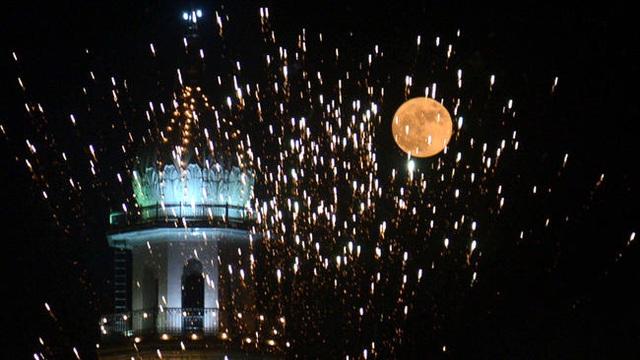 Siêu trăng mọc phía trên Sikh Shrine – Ngôi đền Vàng ở Amritsar, Ấn Độ (Narinder Nanu)