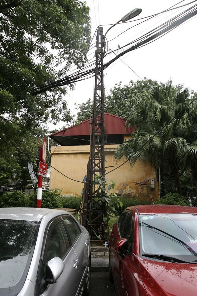 Một chiếc cột điện cũ gỉ không được bảo dưỡng trên phố Bát Đàn (quận Hoàn Kiếm), phố hiện tại còn 2 chiếc cột điện kiểu này.