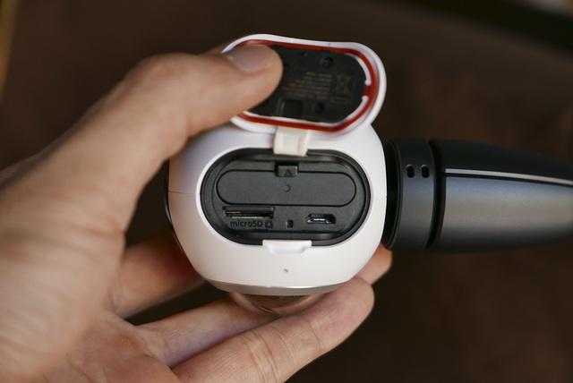 Phía dưới nắp đậy là vị trí của pin, lỗ cắm micro usb và khe cắm thẻ microSD