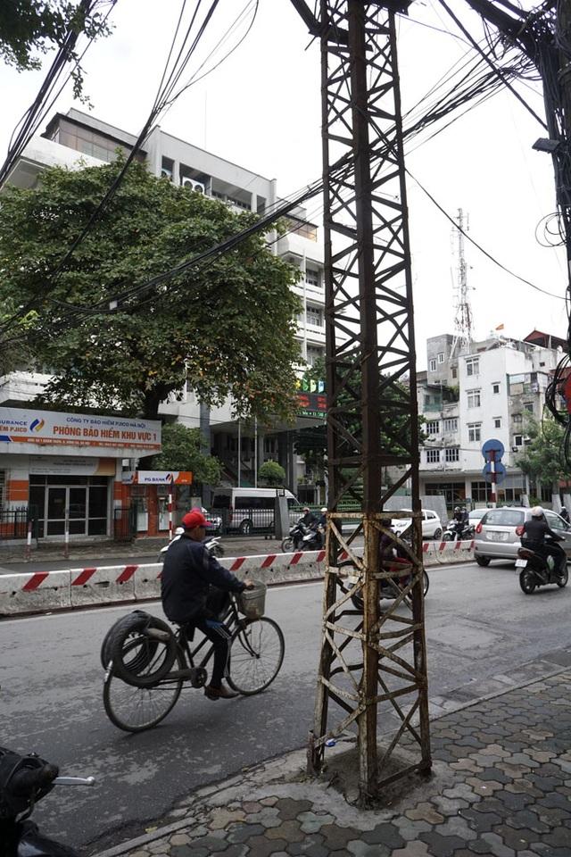 Cột điện trên phố Khâm Thiên (quận Đống Đa).
