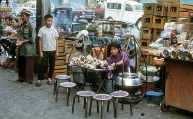 Gánh hàng cháo lòng bán tại chợ hoa, 1971