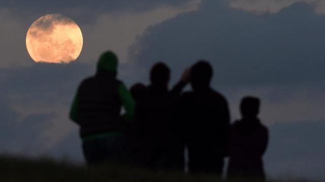 Một nhóm người đang ngắm trăng tròn trên đồi Balg, phía nam Sydney, Úc