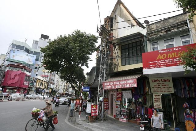 Một chiếc cột điện đầu phố Hàng Bông, đây là con phố còn lại khá nhiều cột điện loại này.