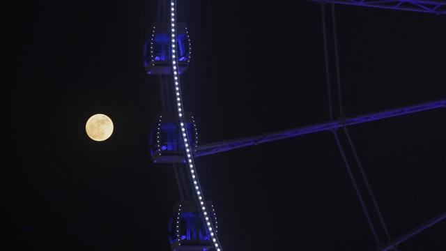 Mặt trăng mọc ở gần vòng quay Ferris, Hong Kong