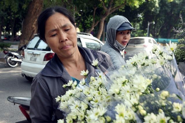 Những người bán hàng hoa rong tất bật từ sáng sớm đến tối mịt, đem những cánh hoa mỏng manh, trắng muốt khắp phố phường.