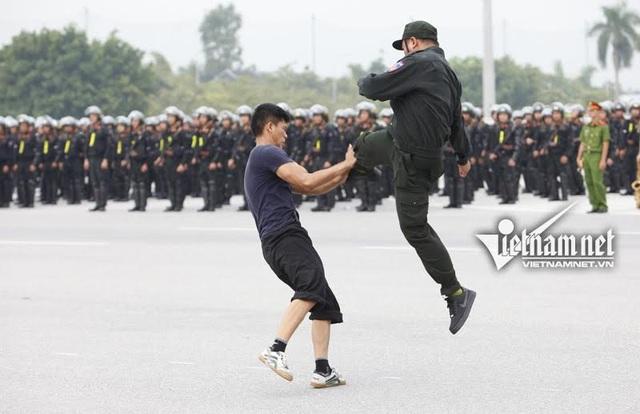 Dàn xe đặc chủng chống đạn của Cảnh sát cơ động Hà Nội - 16