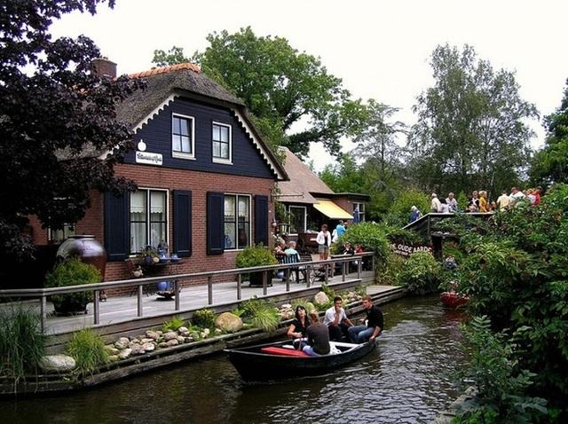Ngôi làng 700 năm không sửa đường, đến nhà hàng xóm phải chèo thuyền - 8