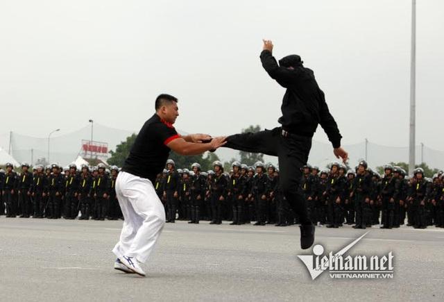 Dàn xe đặc chủng chống đạn của Cảnh sát cơ động Hà Nội - 17