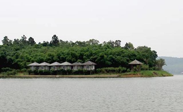 Hiện nay, quanh hồ có rất nhiều các khu resort cho du khách nghỉ ngơi.