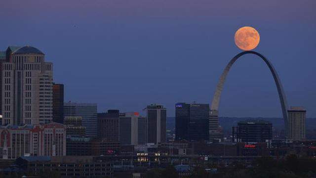 Mặt trăng phía trên cổng tò vò Arch ở St. Louis khi được quan sát từ Tháp Compton Hill Water, Missouri, Mỹ (David Carson)