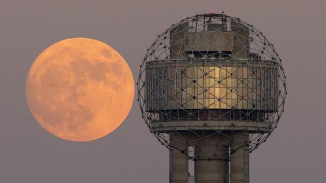 Trăng mọc phía sau tháp Reunion, Dallas, Mỹ
