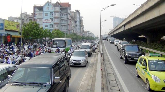 Đường Nguyễn Xiển thêm gánh nặng khi dòng ô tô đổ từ đường trên cao xuống.