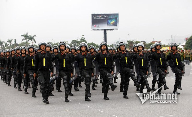 Khối sỹ quan của tiểu đoàn CSCĐ số 1 được trang bị gậy điện