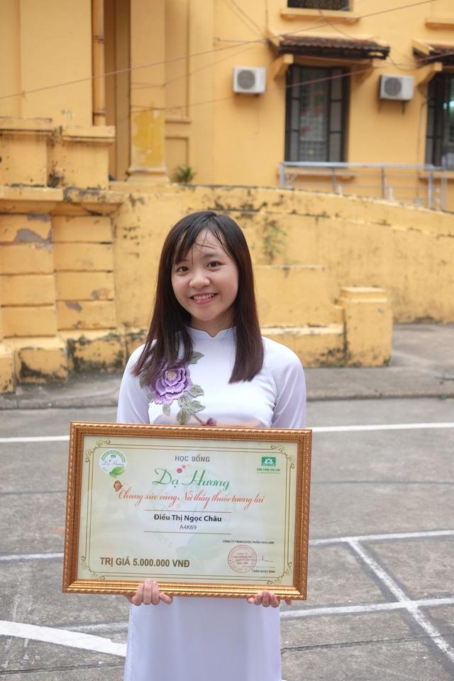 Nữ sinh Điều Thị Ngọc Châu sinh viên năm 3 lớp A4K69 chia sẻ niềm vui khi nhận được học bổng Dạ Hương.