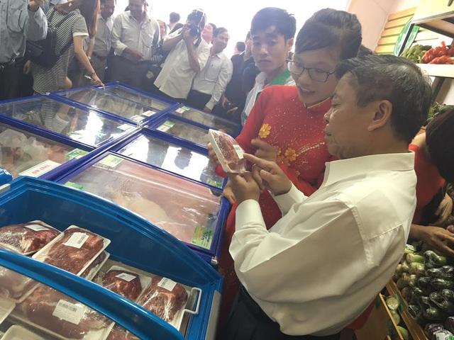 Ông Cự rao bán thịt bò ngon giá rẻ, khuyến khích mọi người mua ngay, hàng không có nhiều