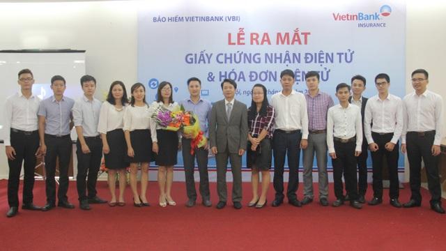 Ban lãnh đạo VBI tặng hoa cho Ban dự án Giấy chứng nhận bảo hiểm điện tử và Hóa đơn điện tử.