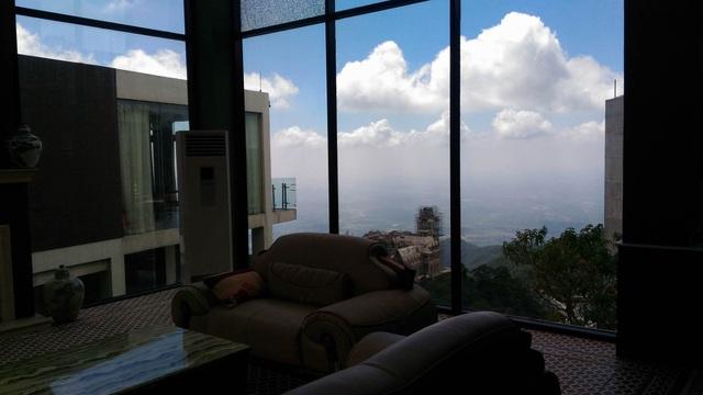 Từ phòng khách có thể trông thẳng xuống thị trấn Tam Đảo và trông ra xa hàng chục km