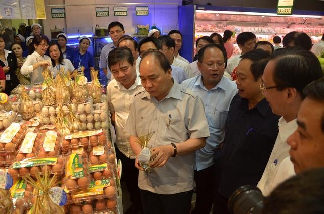 Thủ tướng cầm túi trứng gà ác và nói trứng càng nhỏ càng ngon