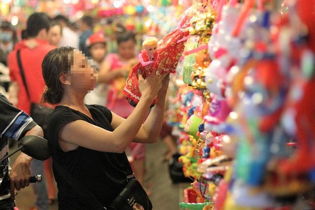 Cha mẹ cần bảo vệ trẻ trước nguy cơ bị nhiễm độc chất từ đồ chơi Ảnh: Hoàng Triều
