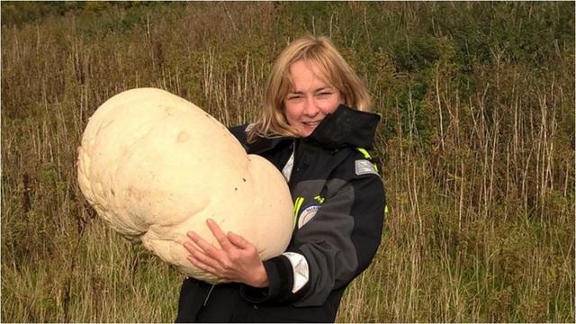 Fiona Wishart với cây nấm tròn 10.6kg tìm được. Ảnh: Falkirk Council