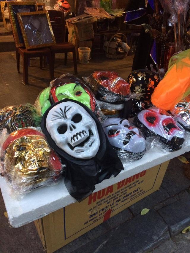 Các loại mặt nạ kinh dị cho ngày Halloween có giá từ 20.000 - 30.000 đồng
