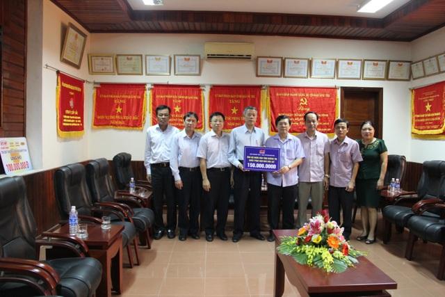 Tặng quà tại Ủy ban MTTQ tỉnh Quảng Bình