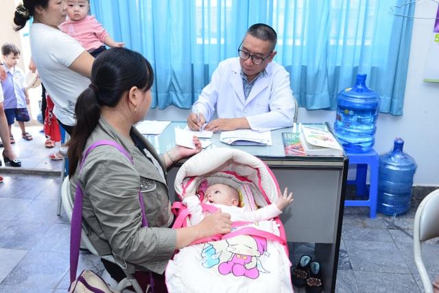 Không chỉ được các chuyên gia da liễu tư vấn, các bé tại CLB còn được khám bệnh miễn phí