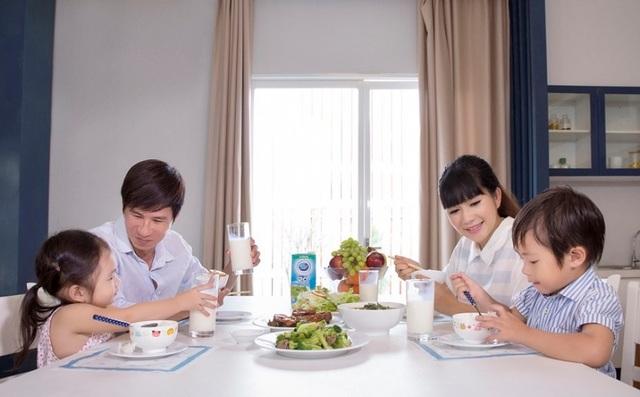 Uống sữa là cách Minh Hà giúp gia đình mình bổ sung dưỡng chất còn thiếu hụt trong các bữa ăn