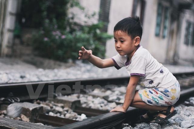 Và là sân chơi mỗi khi không có tàu chạy qua (Ảnh: Thanh Dung/Vietnam+)