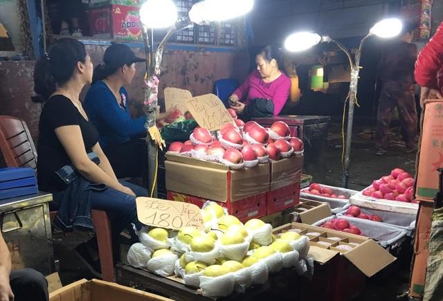 Tại chợ Hà Nội, các loại hoa quả Trung Quốc được bán với giá siêu rẻ