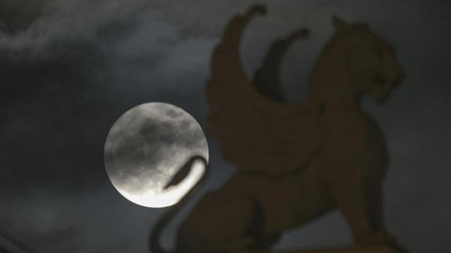 Siêu trăng xuất hiện phía sau bức tượng ở Nhà hát Lớn Hà Nội (Hau Dinh)