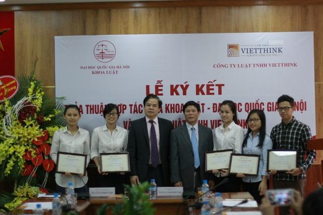 Tiến sĩ, Luật sư Lê Đình Vinh trao học bổng cho các sinh viên có thành tích học tập xuất sắc tại Lễ Ký kết
