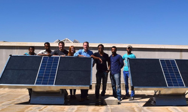 Friesen (ở giữa) cùng với các đồng nghiệp ở Arizona