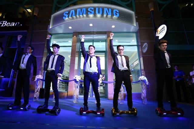 Nhóm nhảy khoấy động không khí buổi lễ khai trương cửa hàng SES Metropolitan với tiết mục mở màn sôi động trên những chiếc xe điện cân bằng.