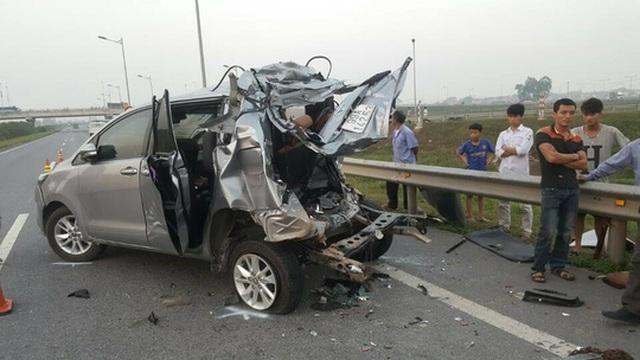 Chiếc xe Toyota Innova bị hư hỏng nặng sau vụ tai nạn - Ảnh: Otofun