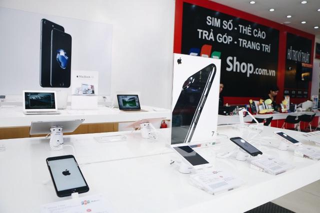 Khu trải nghiệm sản phẩm theo chuẩn Apple Authorized Reseller tại FPT Shop đáp ứng các tiêu chuẩn của Apple và được xác nhận tại Apple.com. Mỗi khu vực trưng bày và bán sản phẩm đều có đội ngũ chuyên viên tư vấn và cố vấn kỹ thuật được đào tạo bài bản, kỹ lưỡng bởi các chuyên gia Apple, tư vấn cho khách hàng một cách chuyên nghiệp nhất về các sản phẩm, ứng dụng và công nghệ mới nhất từ Apple.
