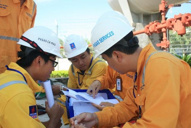 Người lao động bảo dưỡng hệ thống khí PM3 – Cà Mau