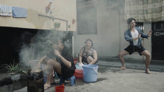 Người lớn thì tranh nhau đánh răng rửa mặt buổi sáng, giặt quần áo cạnh máy nước.