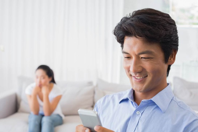 Khoảng 32% các cặp vợ chồng Việt thường xuyên xảy ra tranh cãi vì nửa kia dành quá nhiều thời gian sử dụng điện thoại và máy tính.