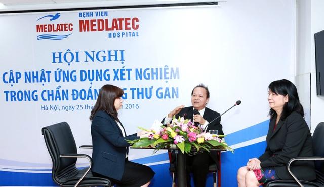 PGS. TS Nguyễn Nghiêm Luật (ở giữa) giải đáp thắc mắc của các bác sỹ tham dự hội nghị.