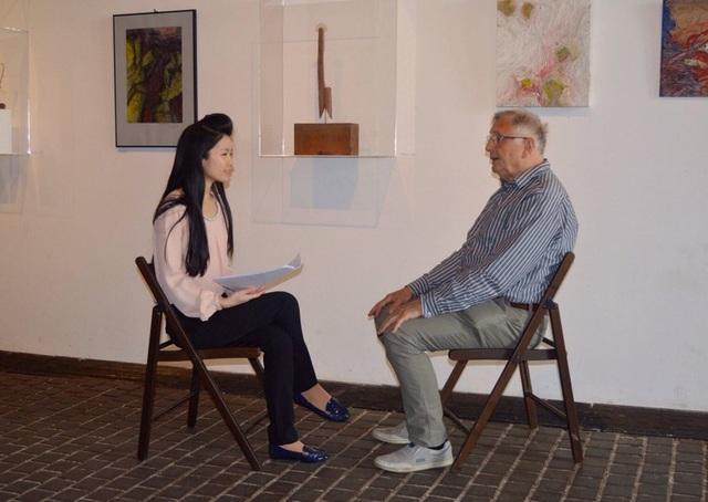 Lan Anh phỏng vấn đạo diễn Jiri Menzel - người từng đoạt giải Oscar cho phim điện ảnh đầu tiên khi mới 28 tuổi. Ảnh: NVCC