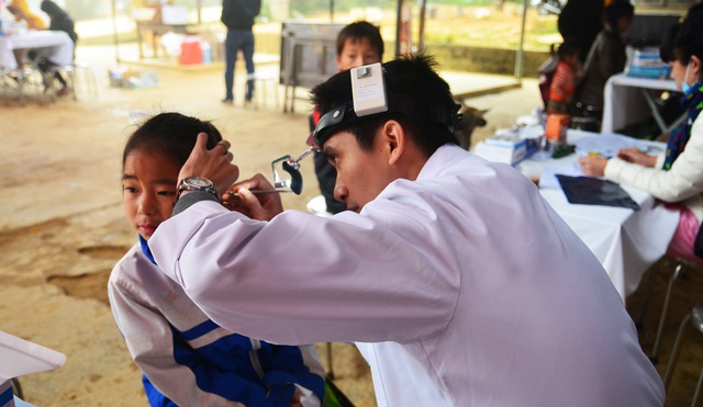 Nhiều em nhỏ được bác sĩ Hồng Ngọc thăm khám tận tình